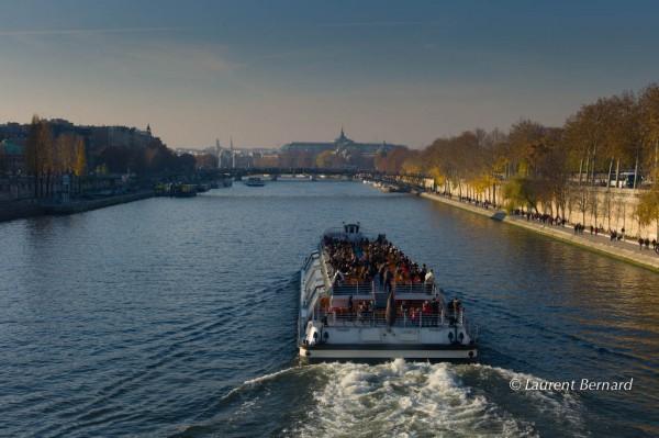 """Le bateau-mouche """"Hirondelle"""", dont la trainée dessine sur la Seine une hirondelle..."""